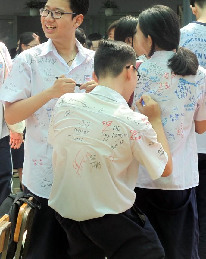 Học sinh lớp 9 lưu luyến chia tay bạn bè, bước vào mùa thi - Ảnh 8.
