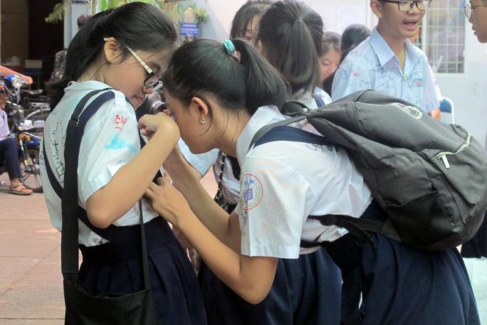 Học sinh lớp 9 lưu luyến chia tay bạn bè, bước vào mùa thi - Ảnh 7.