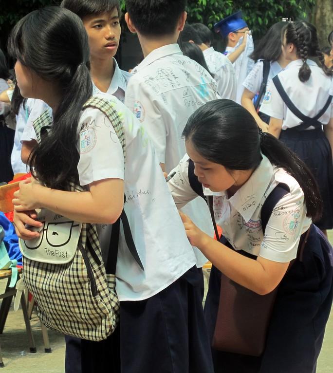 Học sinh lớp 9 lưu luyến chia tay bạn bè, bước vào mùa thi - Ảnh 6.