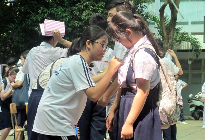 Học sinh lớp 9 lưu luyến chia tay bạn bè, bước vào mùa thi - Ảnh 5.