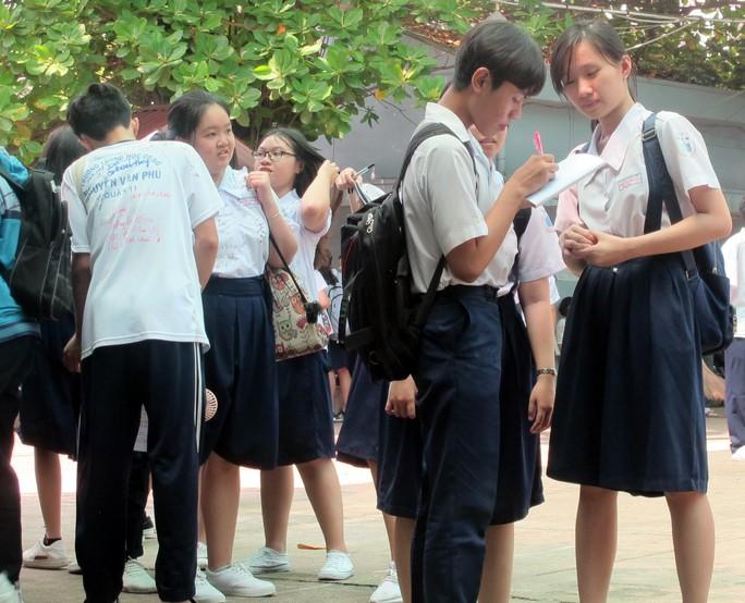 Học sinh lớp 9 lưu luyến chia tay bạn bè, bước vào mùa thi - Ảnh 3.
