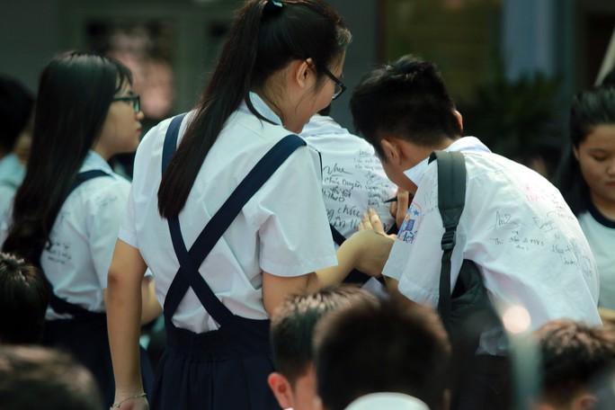 Học sinh lớp 9 lưu luyến chia tay bạn bè, bước vào mùa thi - Ảnh 4.