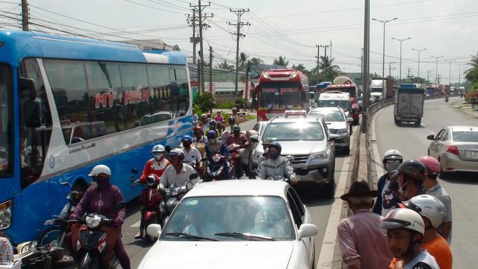 Tai nạn liên hoàn, 5 người nhập viện nguy cấp - Ảnh 2.