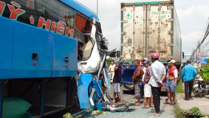 Tai nạn liên hoàn, 5 người nhập viện nguy cấp - Ảnh 1.