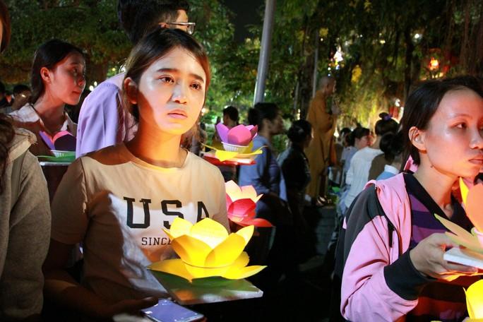Hàng ngàn hoa đăng trên sông Sài Gòn trong ngày lễ Phật đản - Ảnh 6.