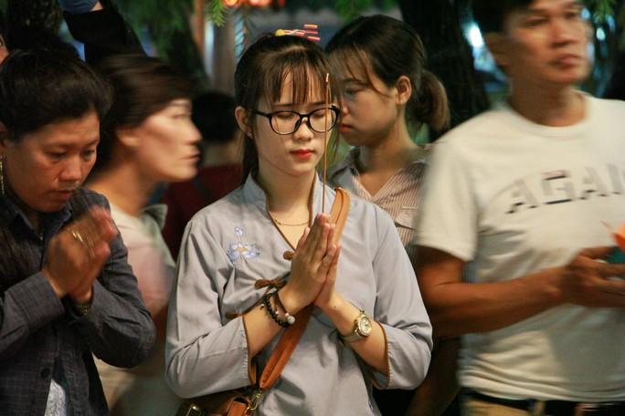 Hàng ngàn hoa đăng trên sông Sài Gòn trong ngày lễ Phật đản - Ảnh 5.