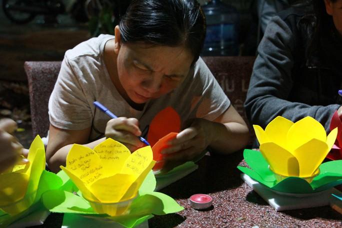 Hàng ngàn hoa đăng trên sông Sài Gòn trong ngày lễ Phật đản - Ảnh 1.