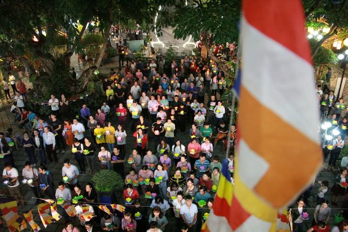 Hàng ngàn hoa đăng trên sông Sài Gòn trong ngày lễ Phật đản - Ảnh 4.