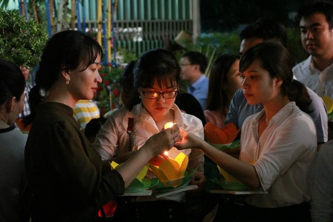 Hàng ngàn hoa đăng trên sông Sài Gòn trong ngày lễ Phật đản - Ảnh 7.