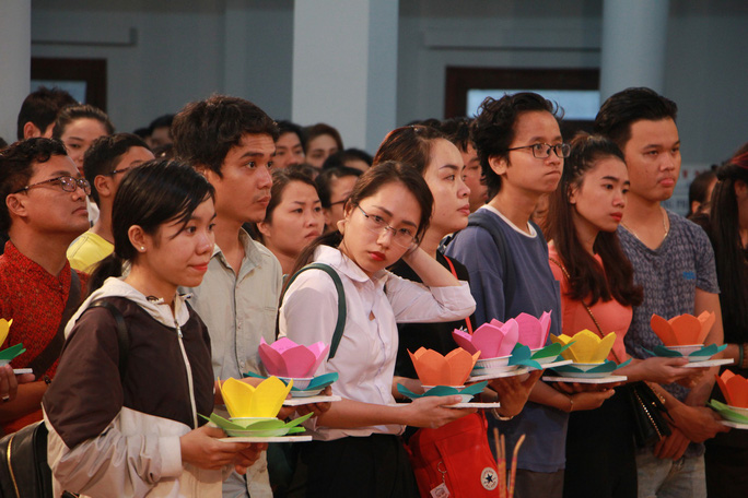 Hàng ngàn hoa đăng trên sông Sài Gòn trong ngày lễ Phật đản - Ảnh 3.