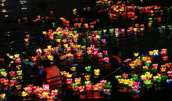 Hàng ngàn hoa đăng trên sông Sài Gòn trong ngày lễ Phật đản - Ảnh 9.