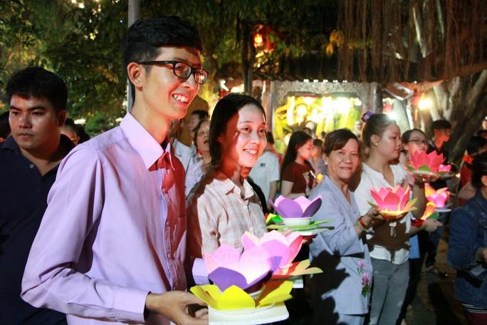 Hàng ngàn hoa đăng trên sông Sài Gòn trong ngày lễ Phật đản - Ảnh 2.