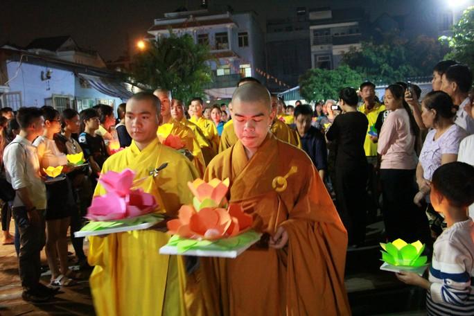 Hàng ngàn hoa đăng trên sông Sài Gòn trong ngày lễ Phật đản - Ảnh 8.