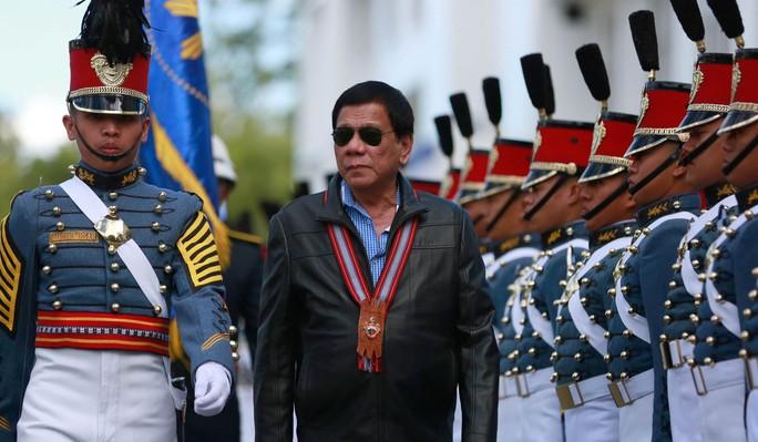 Ông Duterte dọa chiến tranh với Trung Quốc nếu vượt lằn ranh đỏ ở biển Đông - Ảnh 1.