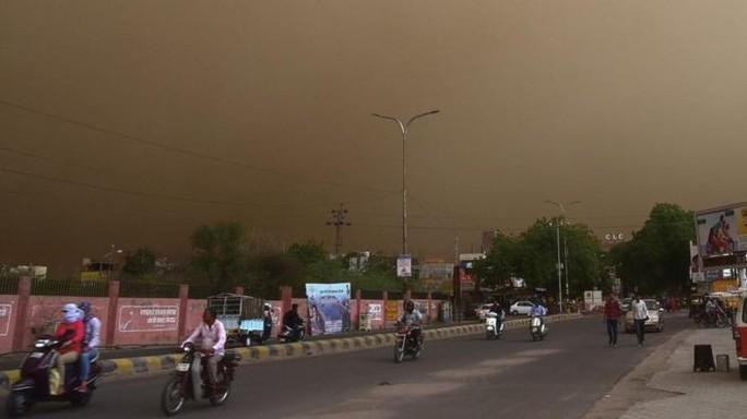 Ấn Độ: Bão bụi mù mịt càn quét, hơn 90 người thiệt mạng - Ảnh 1.