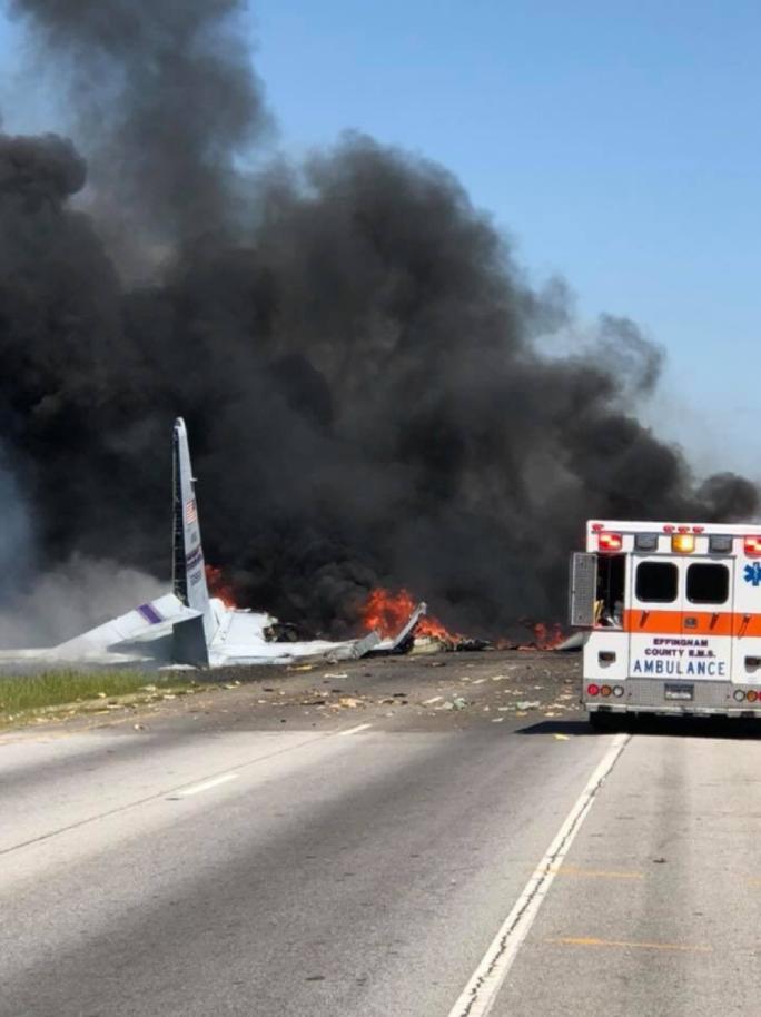Máy bay quân sự Mỹ rơi thẳng xuống giao lộ - Ảnh 1.