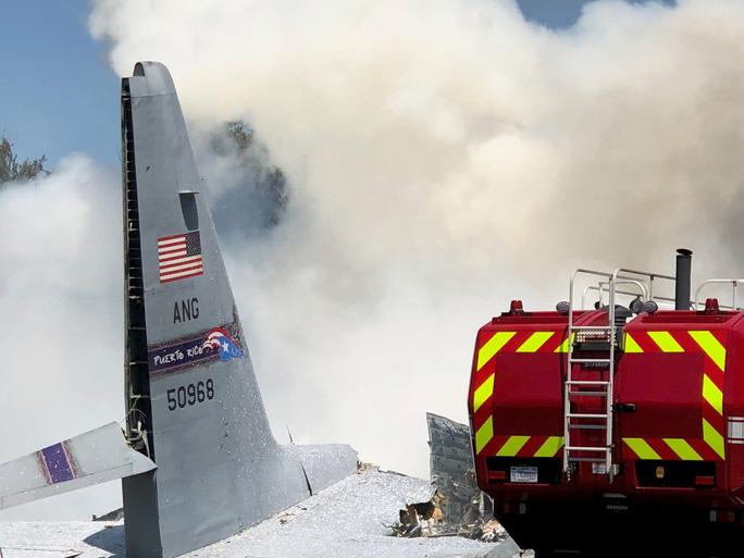 Máy bay quân sự Mỹ rơi thẳng xuống giao lộ - Ảnh 3.