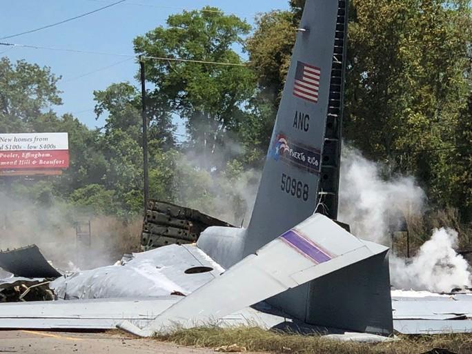 Máy bay quân sự Mỹ rơi thẳng xuống giao lộ - Ảnh 5.
