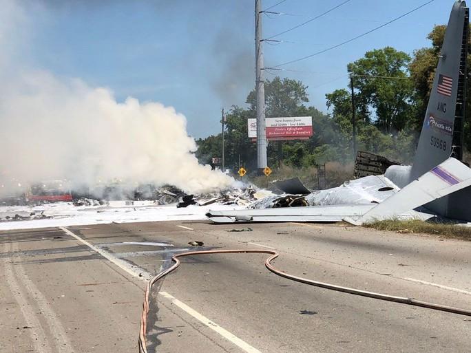 Máy bay quân sự Mỹ rơi thẳng xuống giao lộ - Ảnh 4.