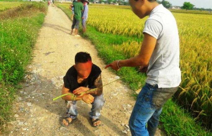"""Côn đồ xăm trổ """"bảo kê"""" máy gặt lúa: Muốn gặt phải nộp 5 triệu đồng - Ảnh 1."""