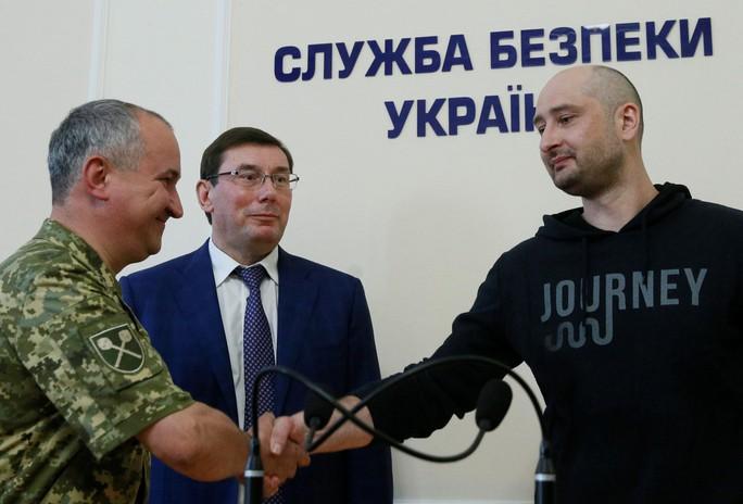 Nhà báo Nga bị bắn chết ở Ukraine bất ngờ... còn sống - Ảnh 4.