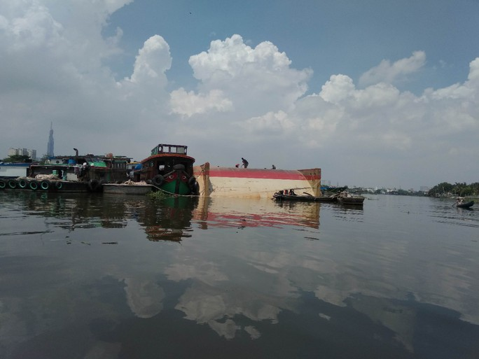Lật xà lan trên sông Sài Gòn chưa xác định thiệt hại về người - Ảnh 2.