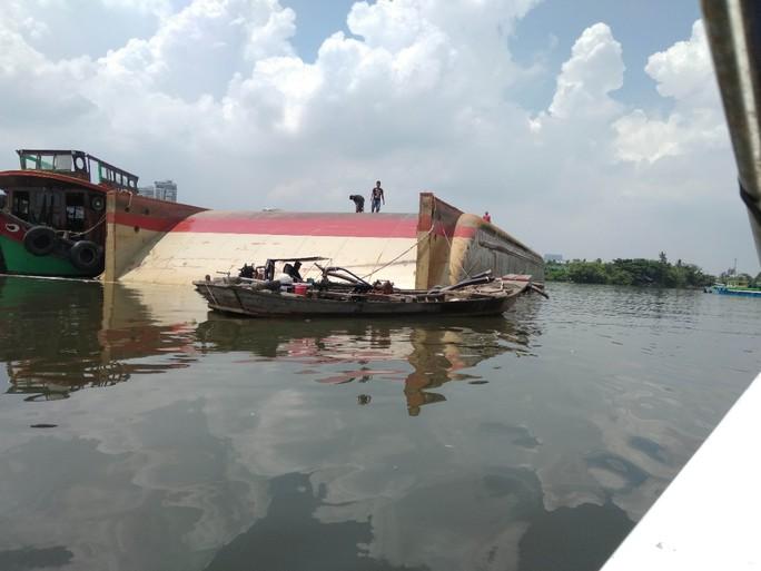 Lật xà lan trên sông Sài Gòn chưa xác định thiệt hại về người - Ảnh 1.