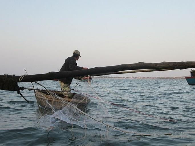 Sướng rơn ở bến cá nơi cửa biển Đề Gi lúc sớm mai - Ảnh 2.