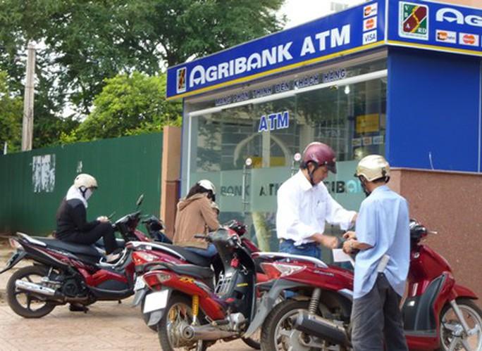 Agribank hoàn tất trả tiền cho 12 chủ thẻ ATM - Ảnh 1.
