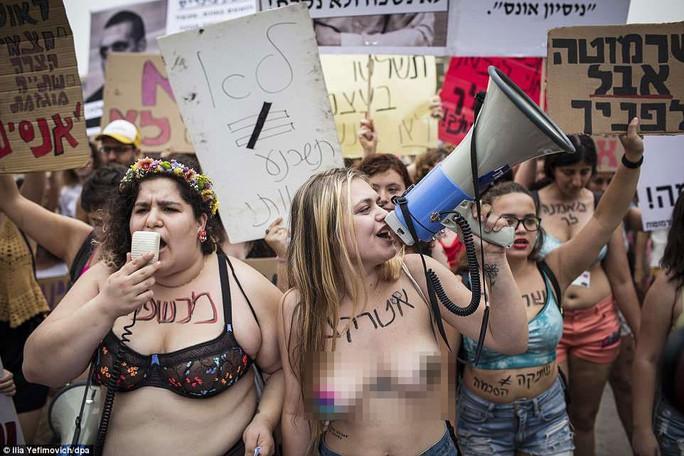 Phụ nữ Israel ngực trần xuống đường phản đối cưỡng hiếp - Ảnh 1.