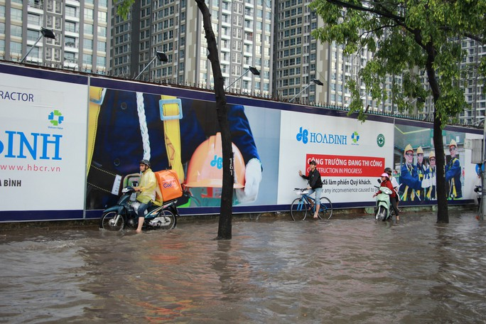 Mới ký hợp đồng thuê máy bơm, đường Nguyễn Hữu Cảnh vẫn thành sông - Ảnh 5.