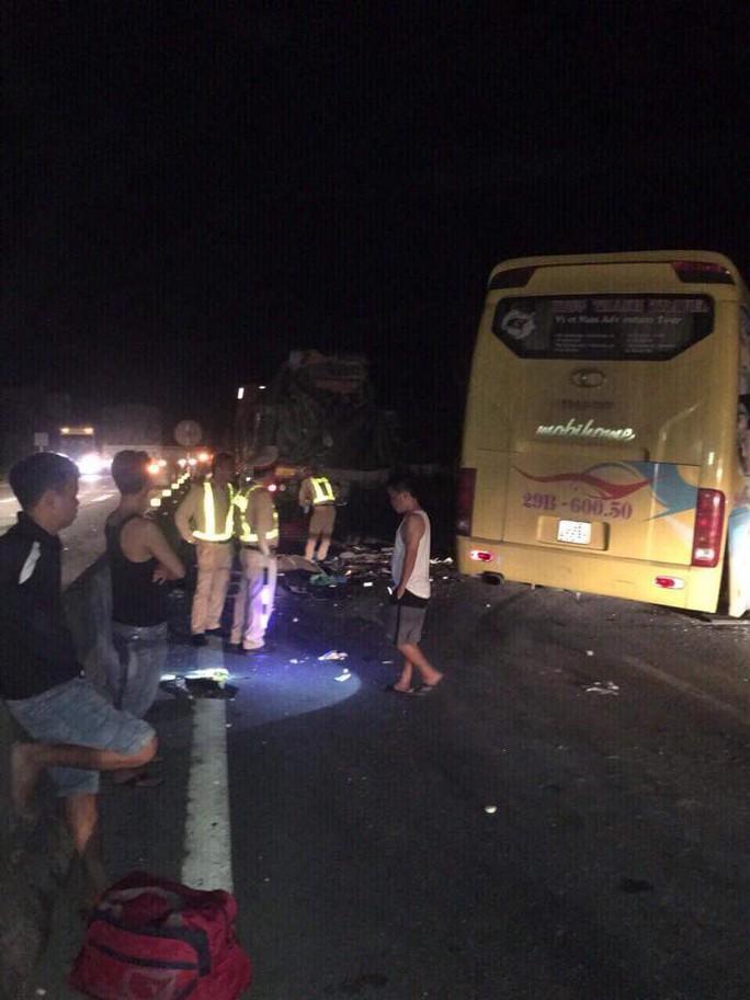 Xe khách tông xe container, 14 người thương vong, có 4 người nước ngoài - Ảnh 1.