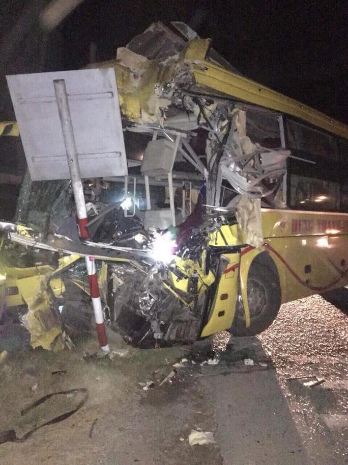 Xe khách tông xe container, 14 người thương vong, có 4 người nước ngoài - Ảnh 2.