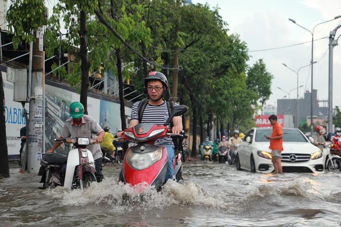 Mới ký hợp đồng thuê máy bơm, đường Nguyễn Hữu Cảnh vẫn thành sông - Ảnh 4.