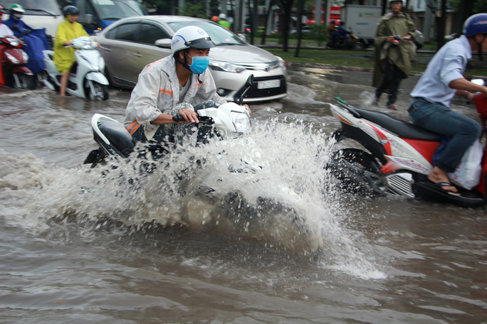 Mới ký hợp đồng thuê máy bơm, đường Nguyễn Hữu Cảnh vẫn thành sông - Ảnh 3.