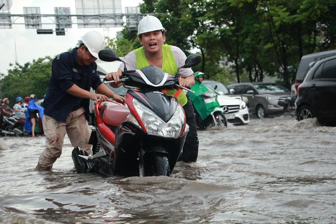 Mới ký hợp đồng thuê máy bơm, đường Nguyễn Hữu Cảnh vẫn thành sông - Ảnh 1.