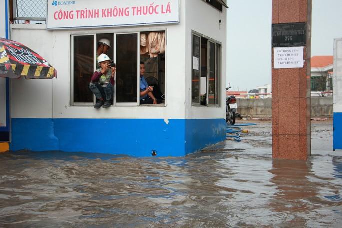 Mới ký hợp đồng thuê máy bơm, đường Nguyễn Hữu Cảnh vẫn thành sông - Ảnh 8.
