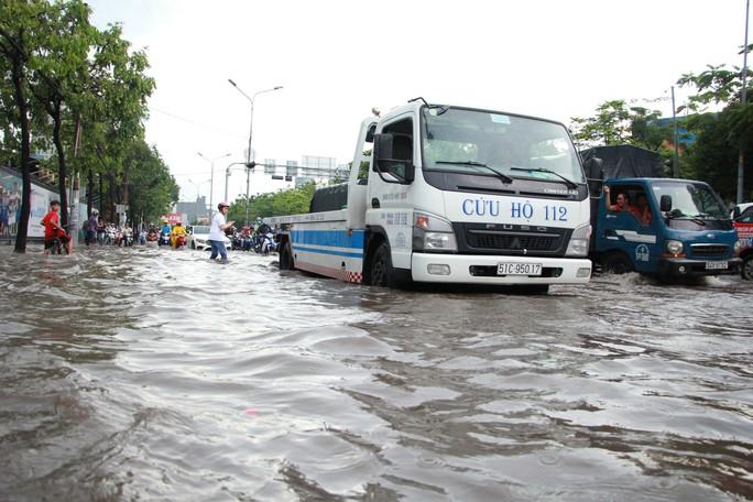 Mới ký hợp đồng thuê máy bơm, đường Nguyễn Hữu Cảnh vẫn thành sông - Ảnh 7.