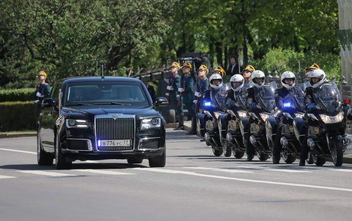 Ẩn ý của ông Putin khi đi siêu xe mới - Ảnh 9.