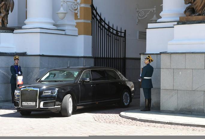 Ẩn ý của ông Putin khi đi siêu xe mới - Ảnh 1.