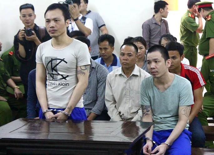 2 tử tù bỏ trốn khỏi phòng biệt giam bị còng tay, chân tới tòa - Ảnh 2.