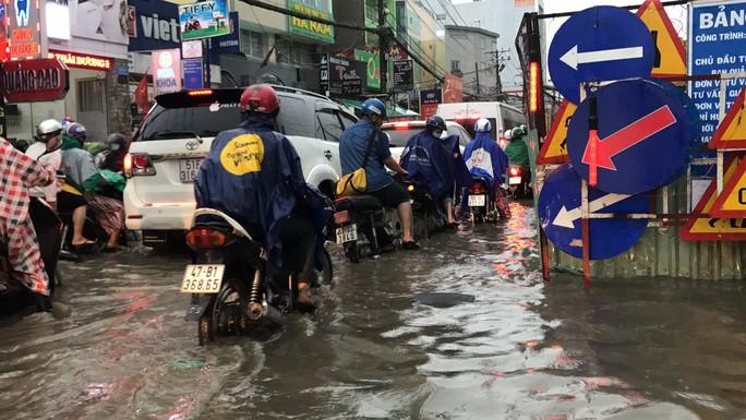 TP HCM: Đường thành sông, người dân dắt xe bì bõm về nhà - Ảnh 3.