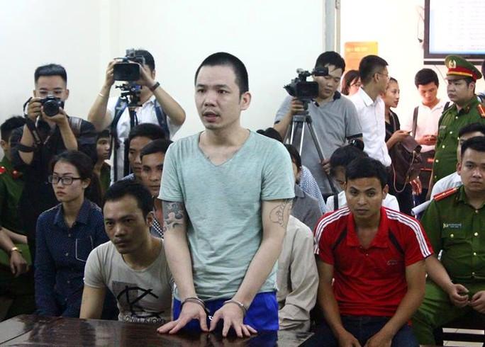 2 tử tù bỏ trốn khỏi phòng biệt giam bị còng tay, chân tới tòa - Ảnh 1.