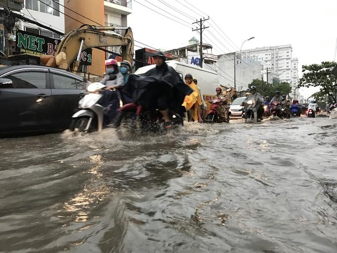 TP HCM: Đường thành sông, người dân dắt xe bì bõm về nhà - Ảnh 2.
