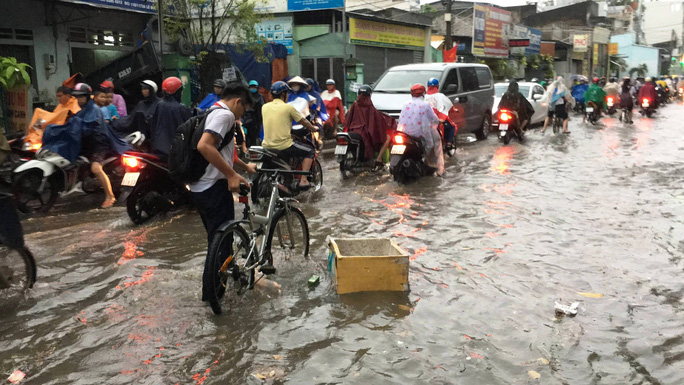 TP HCM: Đường thành sông, người dân dắt xe bì bõm về nhà - Ảnh 5.