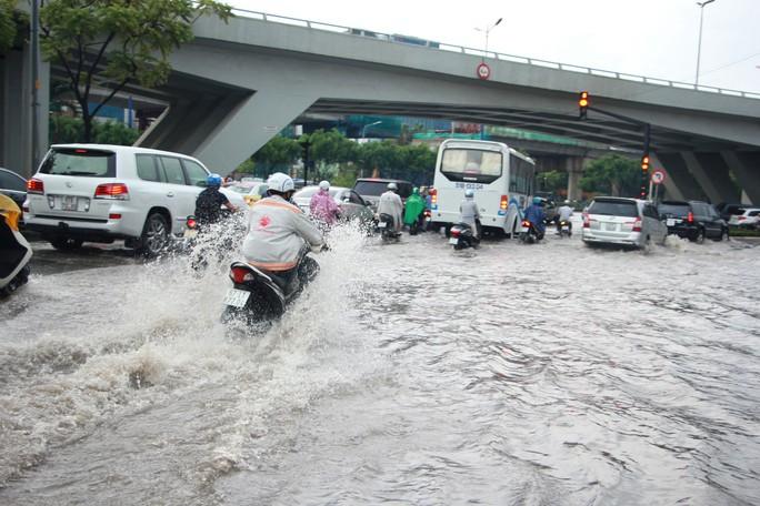 Vì sao đường Nguyễn Hữu Cảnh mưa là ngập? - Ảnh 1.