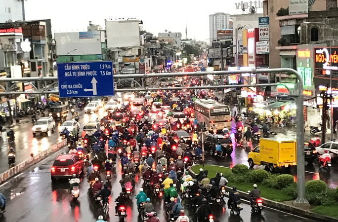 TP HCM: Đường thành sông, người dân dắt xe bì bõm về nhà - Ảnh 7.