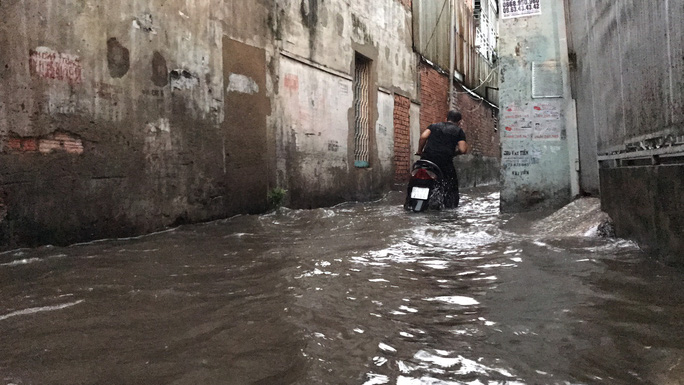 TP HCM: Đường thành sông, người dân dắt xe bì bõm về nhà - Ảnh 4.