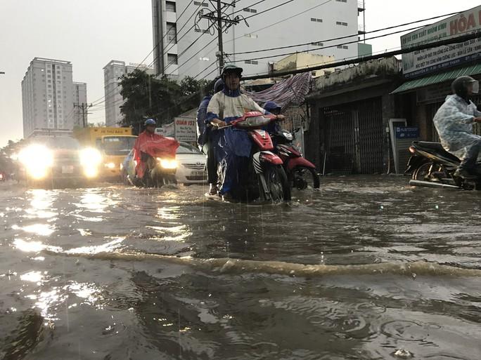 TP HCM: Đường thành sông, người dân dắt xe bì bõm về nhà - Ảnh 6.
