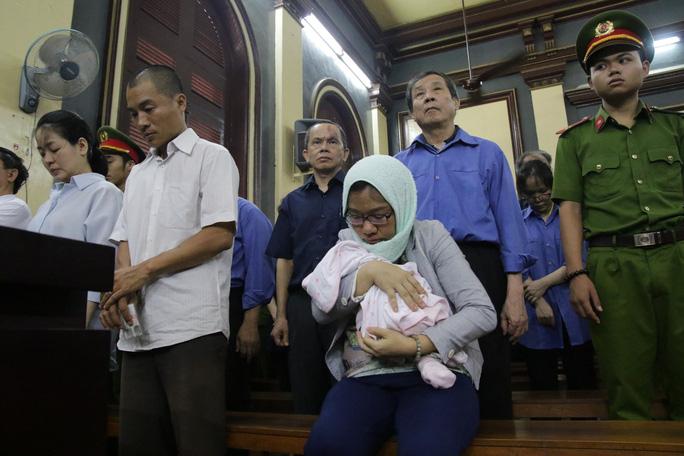 Trợ thủ đắc lực của bà Hứa Thị Phấn mang con sơ sinh đến tòa - Ảnh 2.